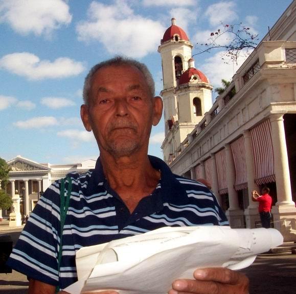 Julio Jiménez Solís, de 70 años de edad, muestra con orgullo la correspondencia que mantenía con el Presidente de la República Bolivariana de Venezuela, Comandante Hugo Rafael Chávez. Foto: Mireya Ojeda