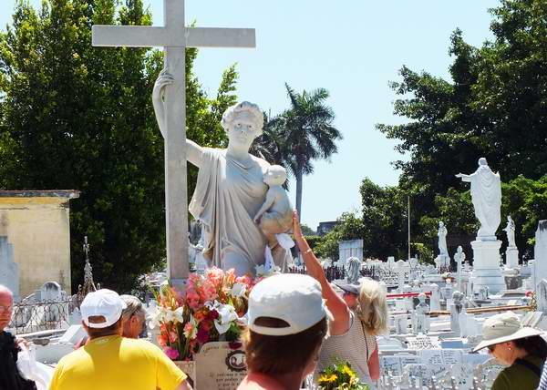 Muchas son las personas que se llegan diariamente a la tumba de La Milagrosa. Foto Abel Rojas