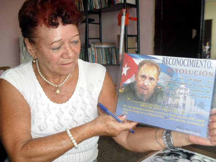 La máster en ciencias de la educación Laura Bolívar González no piensa aún en la jubilación. Acumula 48 años de trabajo y no se concibe inactiva en su hogar. Foto Teresa Valenzuela