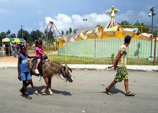 Los m�s peque�os disfrutan el paseo en ponies