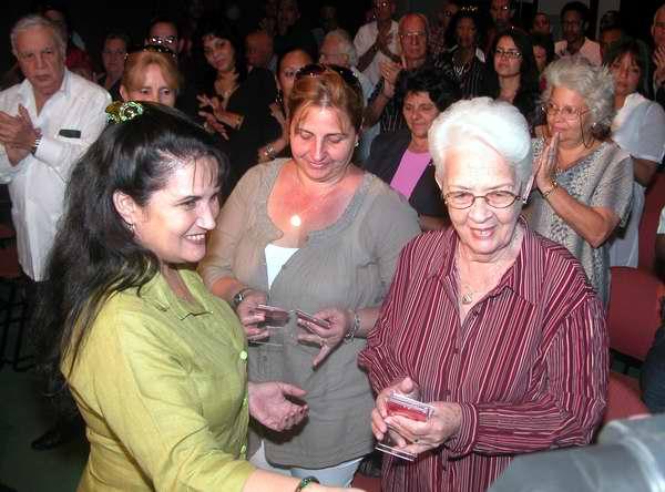 Directora de Radio rebelde, Mabel Manso entrega el Sello 55 Aniversario a los Familiares de Los Cinco. Foto Abel Rojas