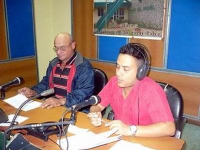 El conductor principal de Haciendo Radio, Magdiel Pérez junto a Erlin en la cabina. Foto: Aroldo García.