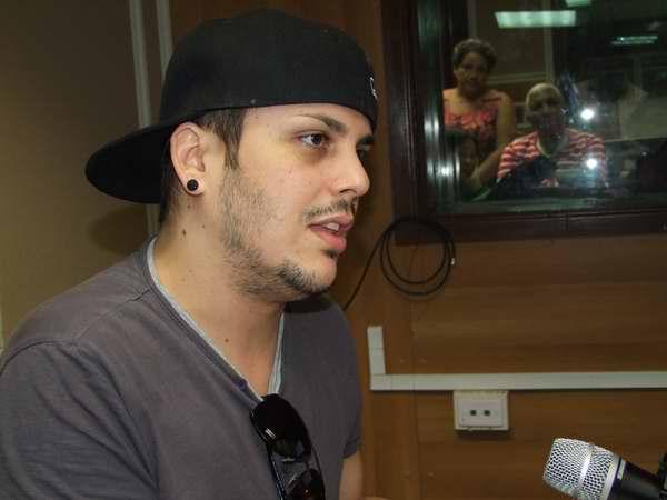 Mayco D Alma visitó el programa Visión de Radio Rebelde. Foto Nelson Sierra