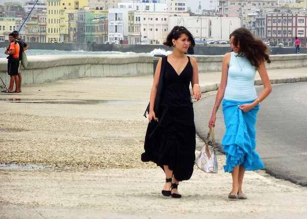 Amigas paseando por el Malecón