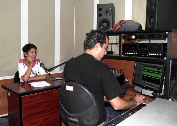Manuel Ernesto Ramírez, realizador de sonido de Radio Rebelde junto a la periodista Sarahí García. Foto: Abel Rojas Barallobre.