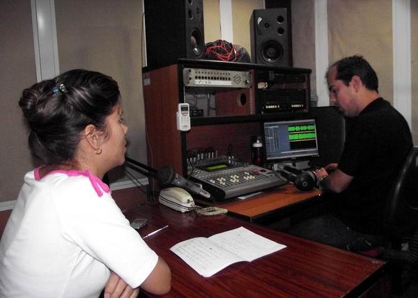 Manuel Ernesto Ramírez, realizador de sonido de Radio Rebelde junto a la periodista Sarahí García en la edición del Reportaje Periodístico José Martí. Foto: Abel Rojas Barallobre.