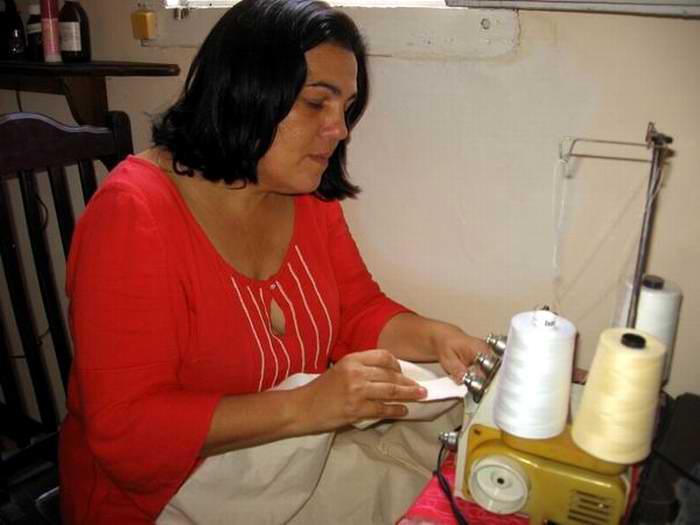 Conocida en el mundo de la moda como Marichi, esta talentosa mujer es reconocida por sus originales deshilados, elementos muy típicos de la costura tradicional criolla. Foto: Lucía Sanz