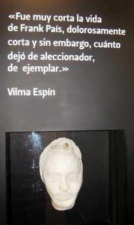 Mascarilla mortuoria tomada antes de su sepultura respaldada por una frase de Vilma Espín, compañera de lucha en la clandestinidad