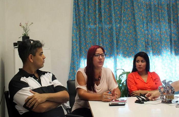 Mauricio Lomonte, locutor(I), Leidys Hernández Lima (C), editora de la página web, e Idania Legrá Orduñez (D), Subdirectora de información. Foto: Radio Reloj / Facebook