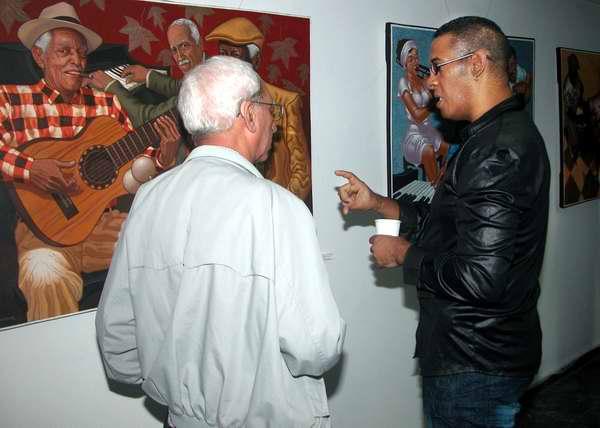 Trabajadores de Radio Rebelde disfrutan de la exposición del artista plástico Miguel Ángel Arzuaga. Foto Abel Rojas