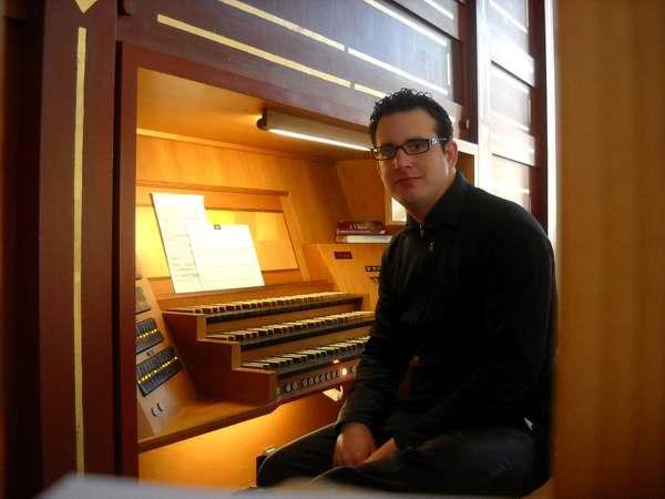 El pianista cubano Moisés Santiesteban se ha propuesto restaurar la tradición organística en la Isla, dirigiendo el Taller de Interpretación de Órganos, con estudiantes de la Escuela Nacional de Arte
