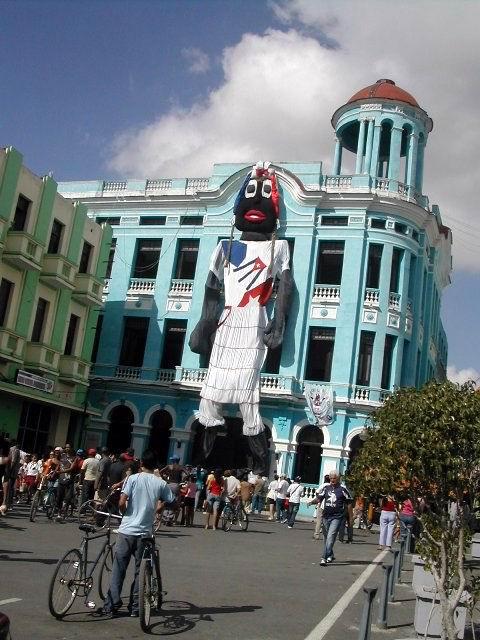 Leonor sigue siendo la muñeca más grande confeccionada en Cuba, con 22 metros de altura. Foto: Miozotis Fabelo