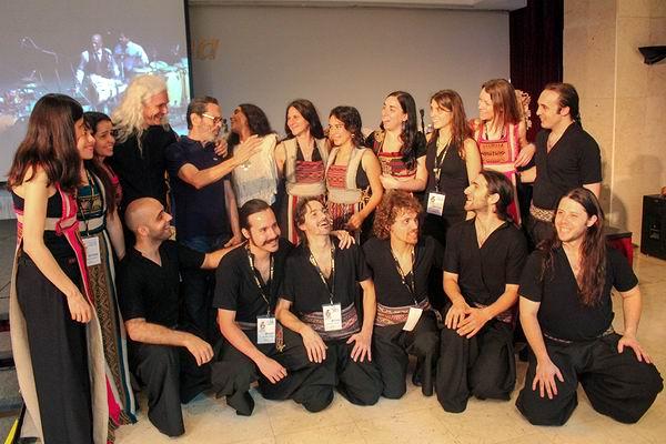 Leo Brouwer junto a la Orquesta de Instrumentos Autóctonos y Nuevas Tecnologías. Foto: Claudia Soto Pinckney