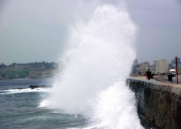 Ola en el Malecón habanero