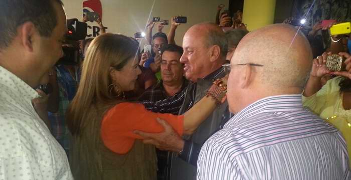 Olga Tañón saluda a presidente del ICRT, Danylo Sirio. Foto Radio Cubana