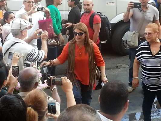 Olga Tañón saluda al pueblo cubano en la popular esquina de 23 y M, a la entrada del ICRT. Foto Radio Cubana