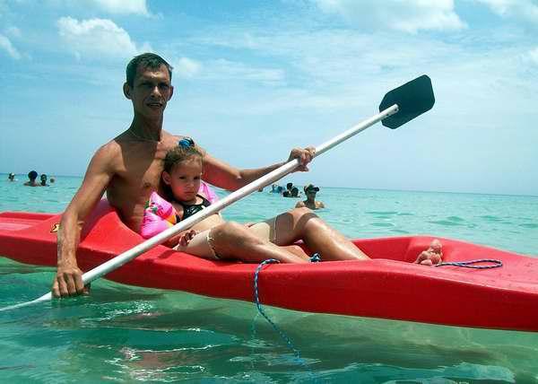 Papá y su hija disfrutan juntos en la playa