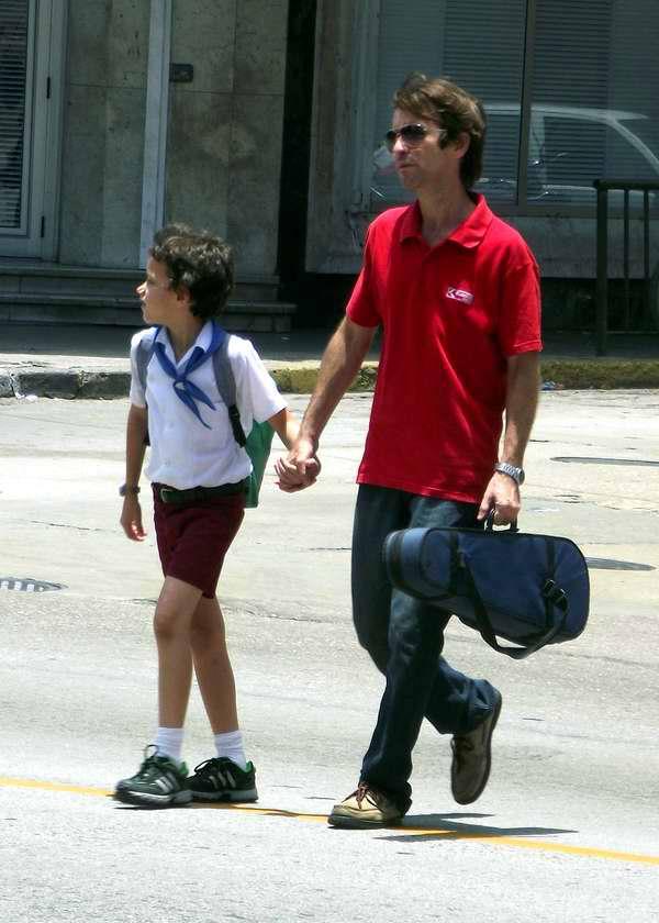 Papá recogiendo a su hijo de la escuela