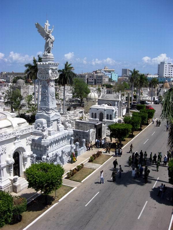 Peregrinación en homenaje a los bomberos en el Cementerio de Colón de La Habana