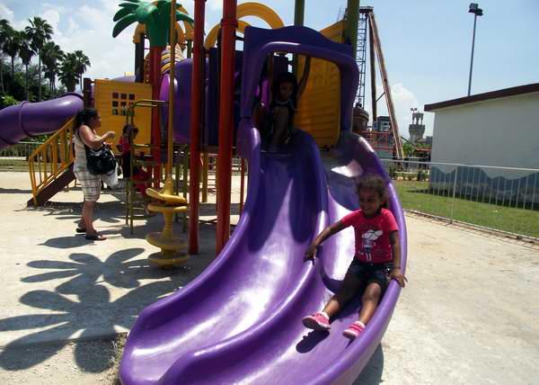 Peque�a divirti�ndose en el parque infantil