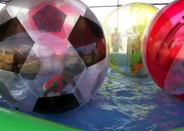 Pelotas inflables en el parque infantil