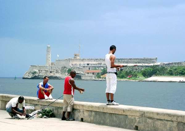 Pescadores en el Malecón habanero