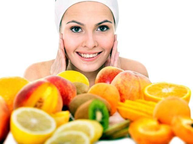 Semillas de calabaza, zanahorias, agua y frutas para una piel sana
