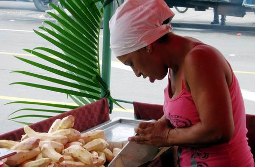 Los platos principales se acompañan con malanga, yuca, boniato o plátano, según el gusto del consumidor. Foto: Carlos Sanabia