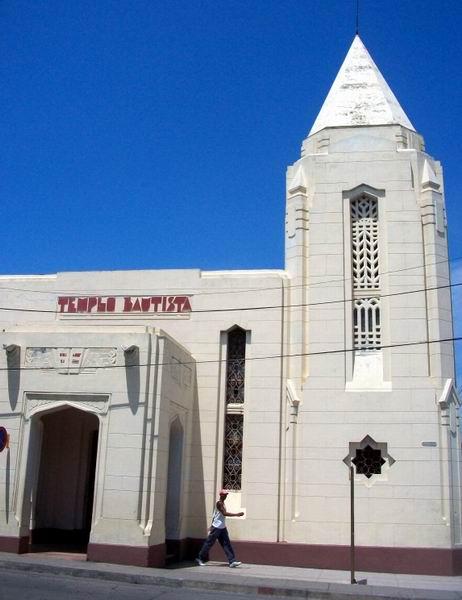 La mayor carga decorativa del Templo Bautista Nazaret se encuentra en el cuerpo y la torre, en forma de aguja, que sobresale como elemento compositivo de la fachada. Foto: Mireya Ojeda.