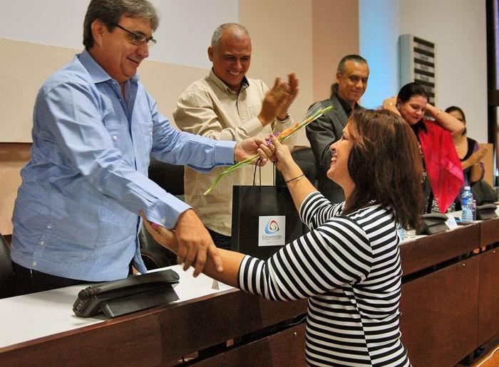 La periodista Angélica Paredes fue galardona con Dinora, la bordadora de los grados del Comandante. Foto: Sergei Montalvo