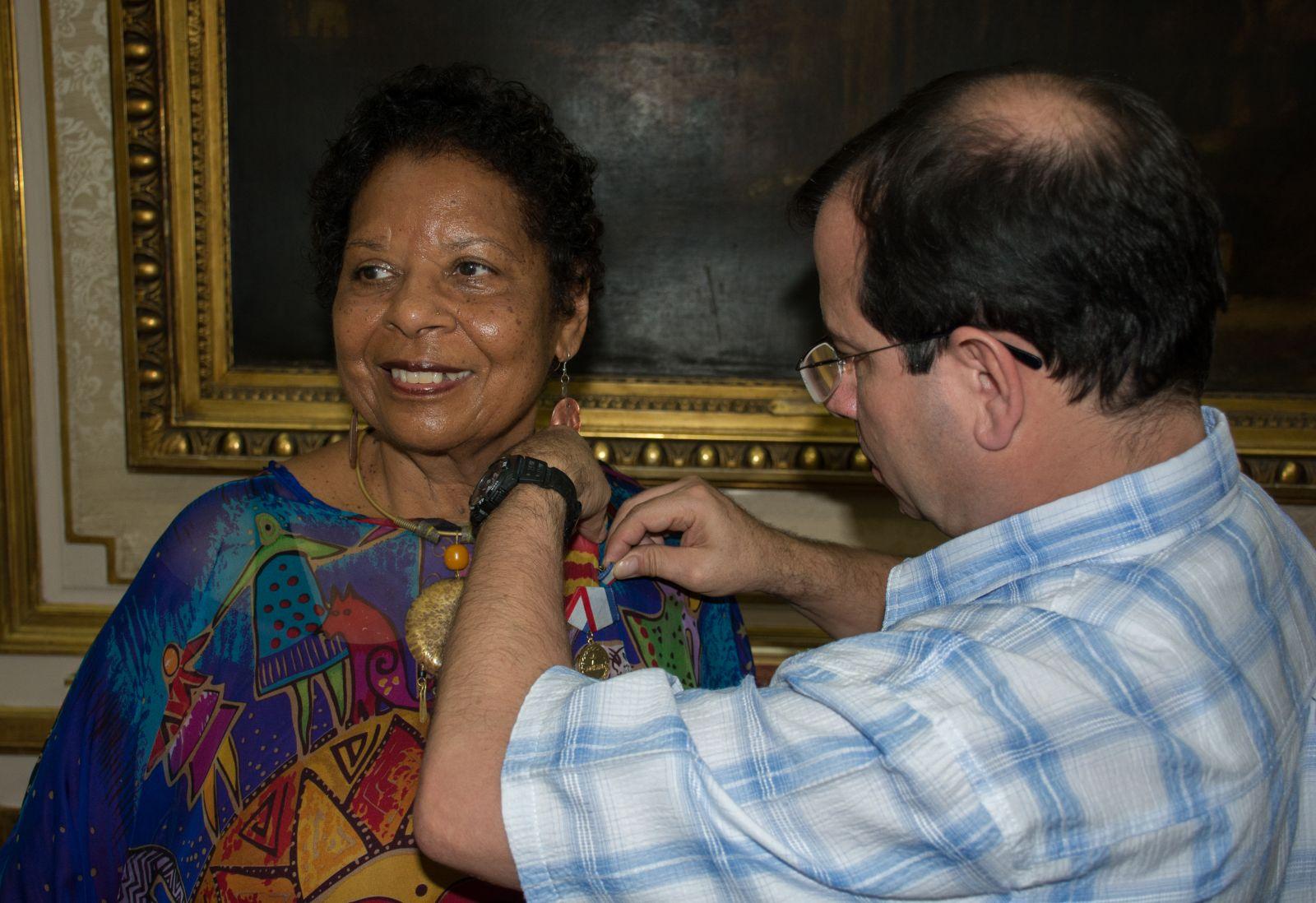 El Héroe cubano Fernando González (D) conddecora a la periodista estadounidense Rosemary Mealy con la Medalla de la Amistad. Foto: Mariela Smith