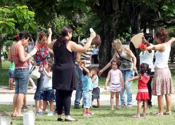 Niños del Programa Educa a tu hijo junto a padres y educadores en el Parque John Lennon de La Habana. Foto Abel Rojas