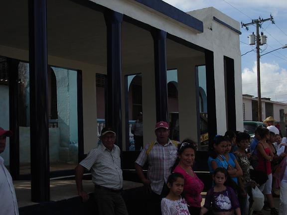 quienes esperan ómnibus u otros medios de transporte local, en la zona de La Plaquita, ya no tienen que hacerlo a pleno sol. Foto Aroldo García