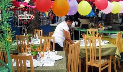 A lo largo de la Avenida Garzón no faltan las ofertas gastronómicas y productos agrícolas de los trabajadores no estatales. Foto: Carlos Sanabia