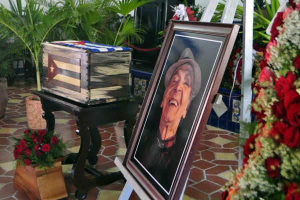 Recibió cementerio Santa Ifigenia restos de Luis Carbonell