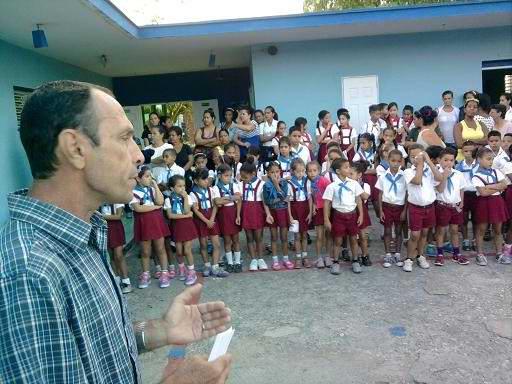 El maestro de segundo ciclo de la escuela primaria José de la Luz y Caballero, Ridelio Fernández Bodaño. Foto Olivares