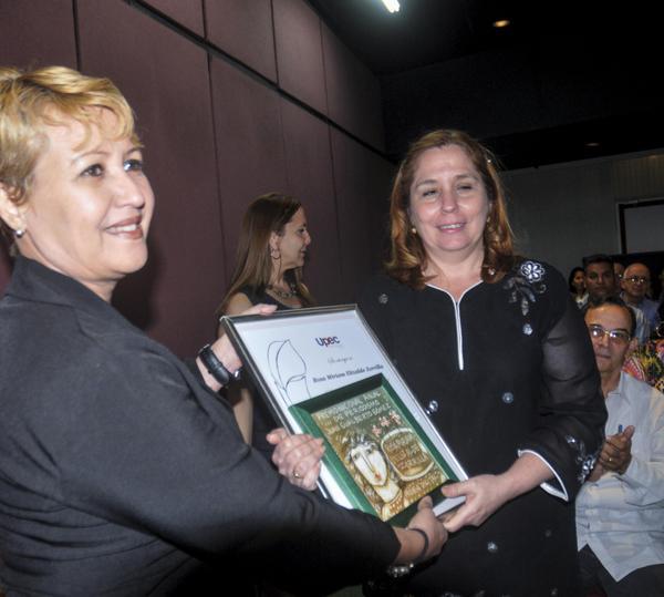 """Rosa Miriam Elizalde Zorrilla (D), recibe el Premio Nacional Anual de Periodismo """"Juan Gualberto Gómez"""", por el trabajo excepcional durante el año 2015, en el teatro del Memorial """"José Martí"""". Foto: Oriol de la Cruz"""