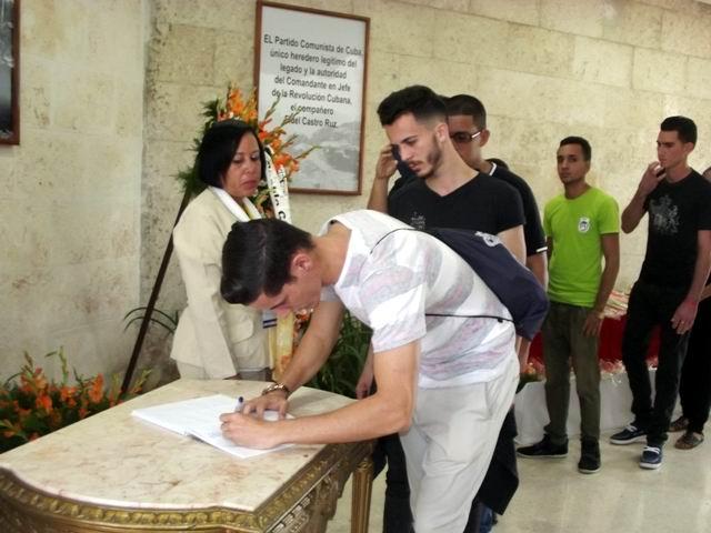 En el Salón Jimaguayú el pueblo ratificó compromiso con Fidel y la Revolución.