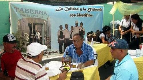 Amigos santiagueros comparten tomando la mañana,  mientras esperan el pedido ordenado que se prepara a la vista. Foto: Carlos Sanabia