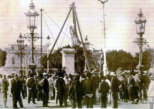 Se retira estatua de Isabel II del parque Central