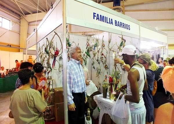 Stand Familia Barrios, especializado en la creación de obras de cera. Foto: Abel Rojas.