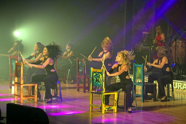 Las chicas y los taburetes unas de las imágenes de estilo danza y percusión. Foto cortesía Habana Compás Dance