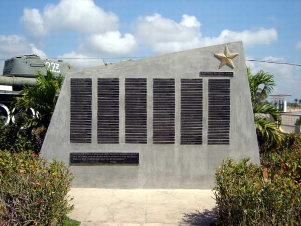 Tarja en homenaje a los cubanos caídos en Playa Girón. Foto: José Miguel Solís