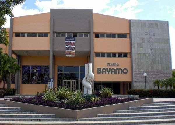 El Teatro Bayamo se encuentra en una de las calles adyacentes a la Plaza de la Patria de la ciudad. Iván Morales Morales