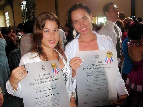 Dos jóvenes graduadas obtuvieron su Diploma de Oro. Foto: Aroldo García