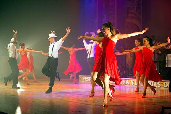 La compañia en escena. Foto cortesía de Habana Compás Dance