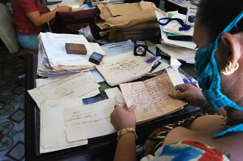Paciente trabajo de conservación y catalogación de cada documento. Foto: José Miguel Solís