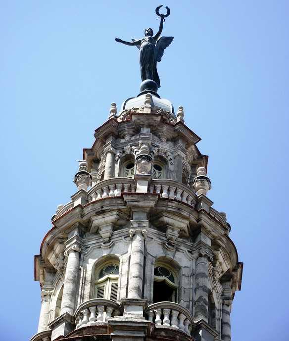 Una de las esculturas que adornan el Gran Teatro de Giuseppe Morett