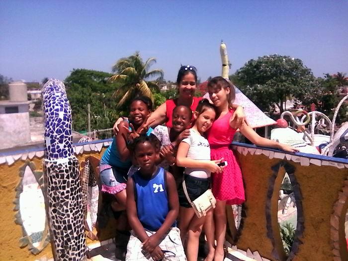 Entre formas y colores, alegría y creatividad; un mundo en el Fuster ha multiplicado su Caibarién natal, la Sierra Maestra y Jaimanitas, Cuba por todas partes. Foto Yirian Garcia de la Torre.
