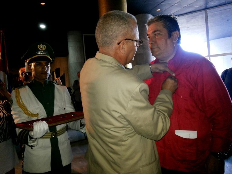 Yoel Suárez condecora con la medalla Félix Elmuza a Raúl Capote. Fotos: Carlos Cerpa